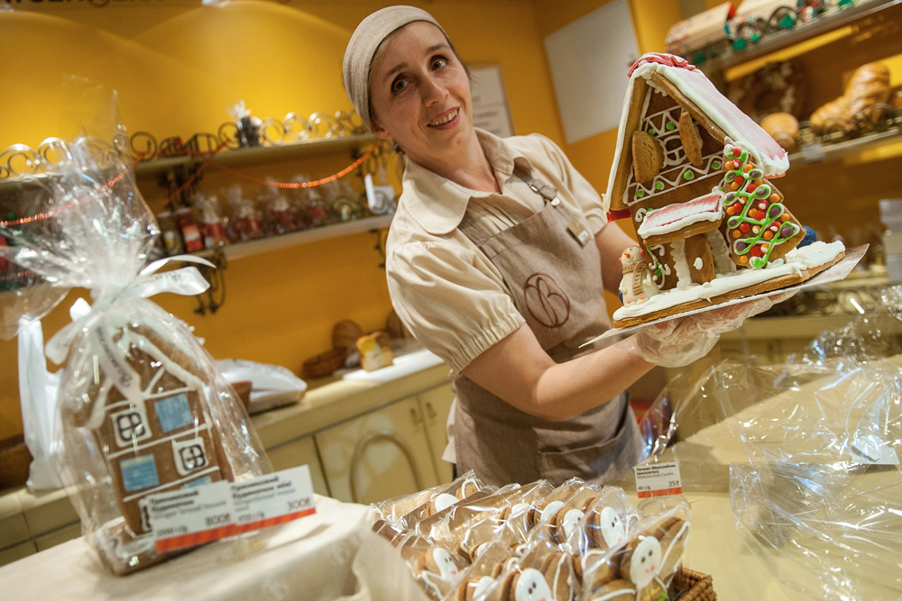 The whole of Russia celebrates on December 31. But not all do so at home, where they would like to be, in the company of family and friends. A shop seller at a 24/7 convenience store, for instance, is tied to the workplace.