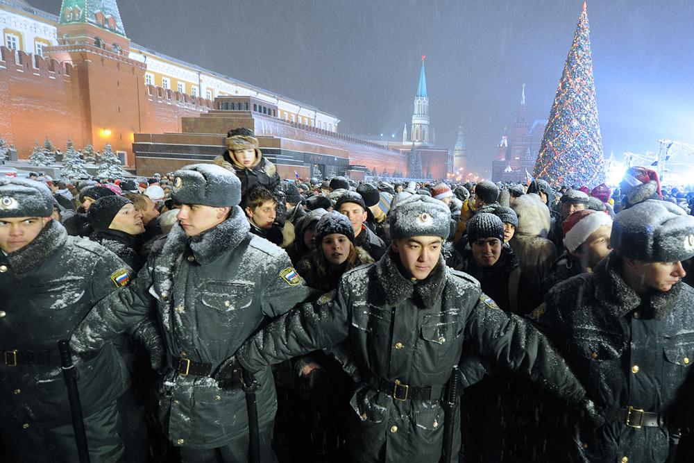 警察の場合、多数の人々が通りに繰り出してお互いに挨拶をするので、この日はきわめて大変な1日になる。