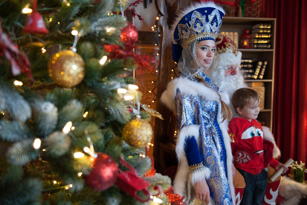 But Father Frost cannot turn up on the doorstep with his trusty companion and granddaughter Snow Maiden. Otherwise, it just wouldn't be a holiday for children - or adults, for that matter.