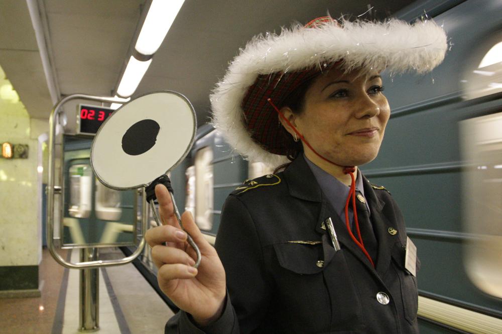 モスクワ地下鉄は、毎日午前1時まで運行している。それは12月31日でも変わらない。地下鉄の従業員のおかげで、多くの人々が元旦のご馳走を食べに帰宅することができる。