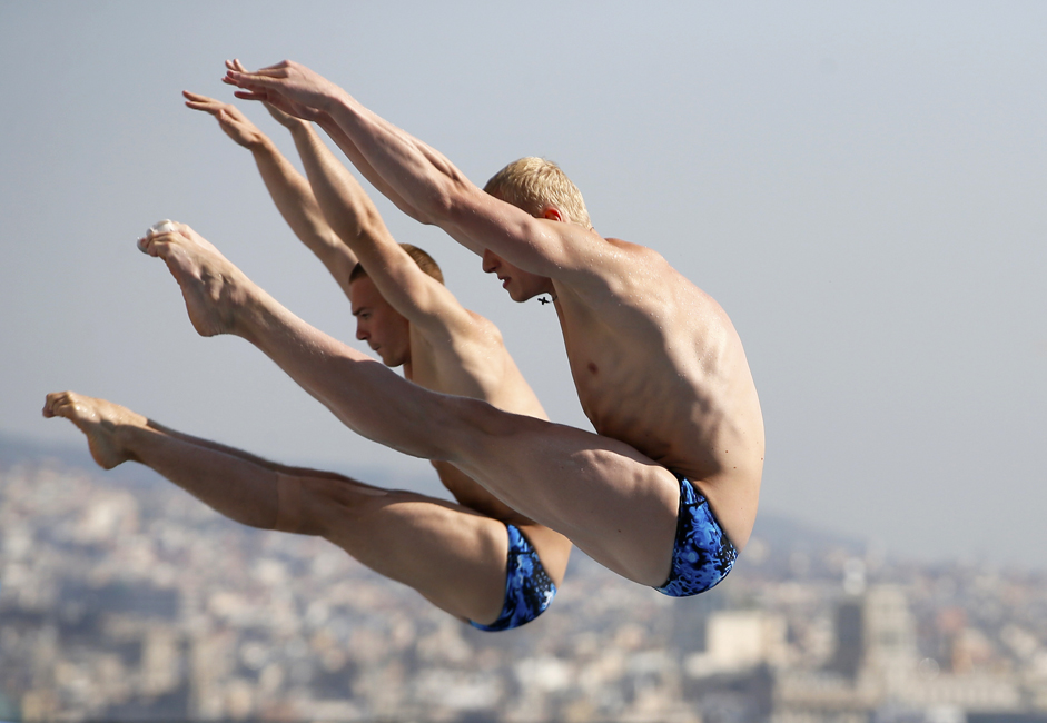 Divers Ilya Zakharov and Yevgeny Kuznetsov won gold in the 3-meter springboard competition at the European Championships in Berlin, successfully defending their title in the process.