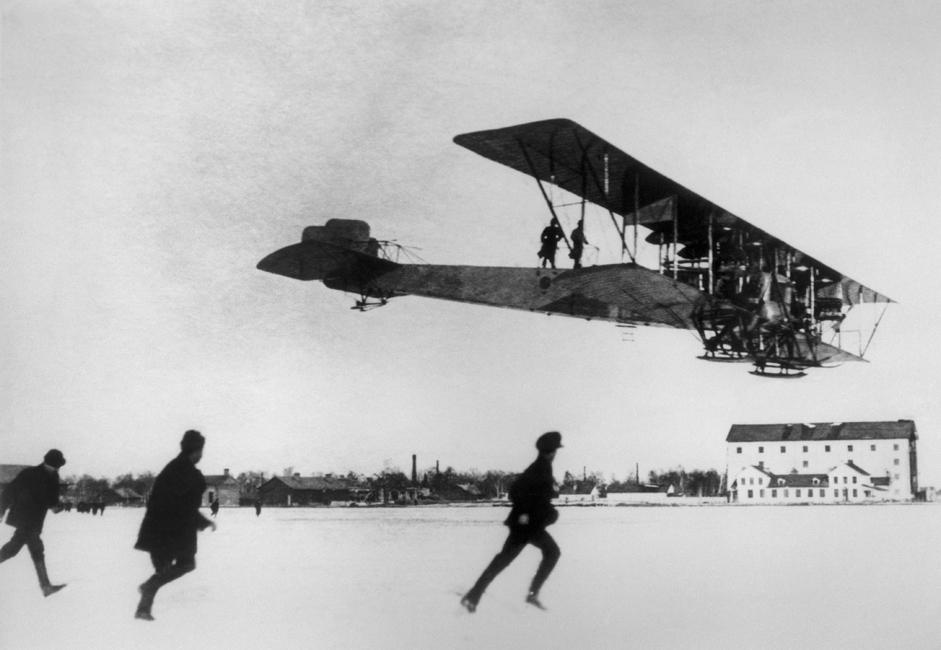 Tahun ini, genap seratus tahun Rusia melakukan penerbangan jarak jauh. Ilya Muromets (S-22) adalah nama umum untuk beberapa seri pesawat bersayap ganda bermesin empat yang terbuat dari kayu, pesawat pertama Rusia yang melakukan penerbangan jarak jauh. Pesawat ini diproduksi di pabrik kereta Rusia-Baltik di Riga, antara tahun 1913 dan 1918. Kala itu, pesawat Ilya Morumets berhasil memecahkan beberapa rekor antara lain kapasitas angkutan kargo, jumlah penumpang, waktu terbang, dan ketinggian maksimum. Pesawat S-22 merupakan fondasi penerbangan Rusia. // Insinyur penerbangan Igor Sikorsky mendaratkan pesawat bermesin empat Ilya Muromets di Bandara Korpusnoi, St. Petersburg, 1914.