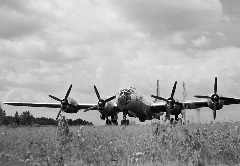 TU-4. Pesawat pembom strategis Soviet ini digunakan oleh Angkatan Udara Uni Soviet sejak 1949 hingga awal 1960-an. Pesawat ini merupakan tiruan dari pesawat pembom Amerika B-29 yang diproduksi dengan cara rekayasa terbalik (reverse engineering). Selain senapan, sistem penggerak, instalasi elektrik, pemancar radio, konstruksi, perlengkapan, bahkan kabin bertekanannya adalah tiruan langsung dari pesawat buatan Amerika itu.