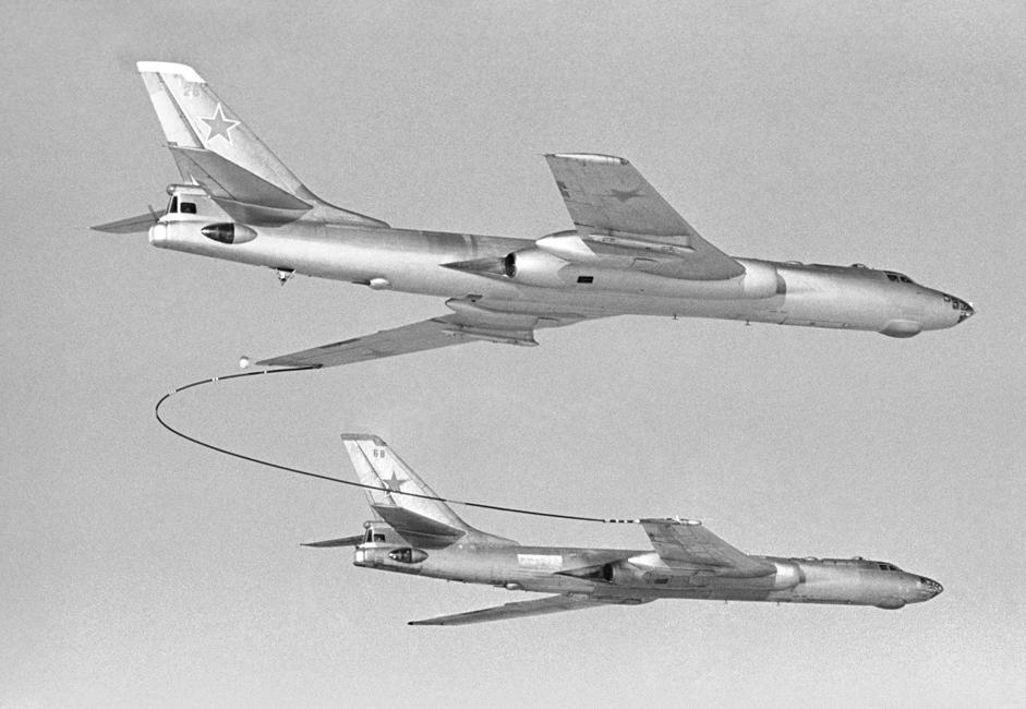 TU-16. Pesawat berat Soviet yang multifungsi, bermesin ganda, dan menggunakan penggerak jet. Pesawat ini diproduksi dalam banyak variasi, termasuk versi pengangkut rudal, tank, pesawat perang elektronik, dan lain-lain. Pesawat TU-16 muncul secara bertahap sejak 1953 hingga 1963 dan digunakan di Angkatan Udara Soviet, Rusia, dan CIS selama hampir 50 tahun. // TU-16 mengisi ulang bahan bakar di udara, 1970.