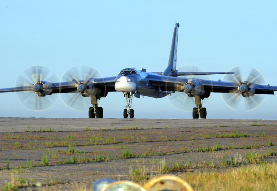 TU-95. Dikembangkan oleh Biro Desain Eksperimental Tupolev, pesawat ini menjadi simbol Perang Dingin. Ia adalah satu-satunya pesawat pembom strategis di dunia yang memiliki mesin turboprop. Pesawat ini melakukan penerbangan pertamanya pada 1952. Sejak saat itu, pesawat ini telah digunakan pilot dari berbagai generasi.