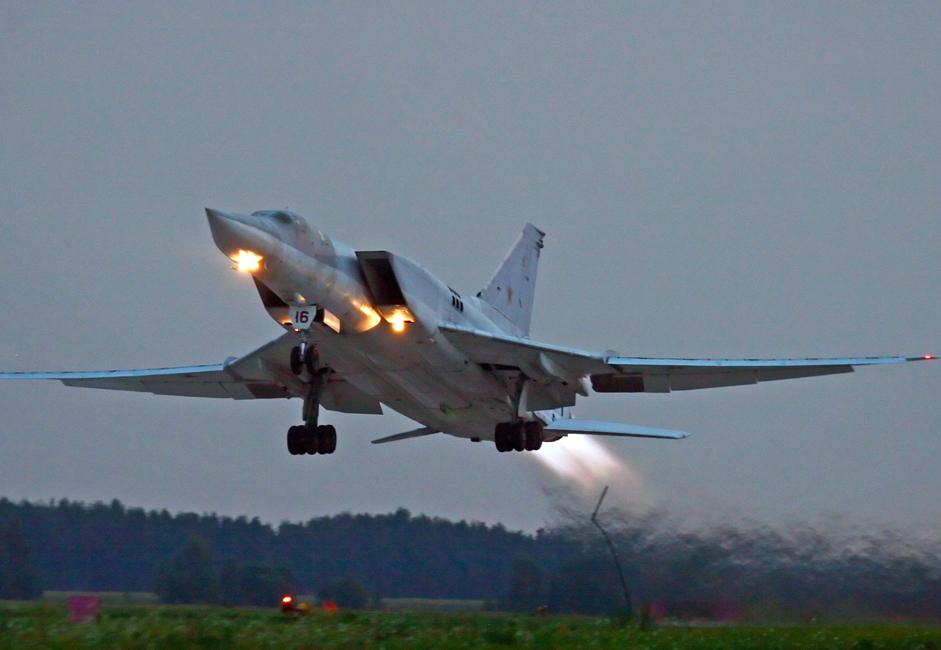 TU-22M3. Pesawat ini adalah pesawat pembom jarak jauh supersonik dengan geometri sayap variabel yang menggantikan TU-22. Penerbangan pertamanya dilakukan pada 1969. // TU-22M3 saat melakukan latihan di Bandara Diaghilev.