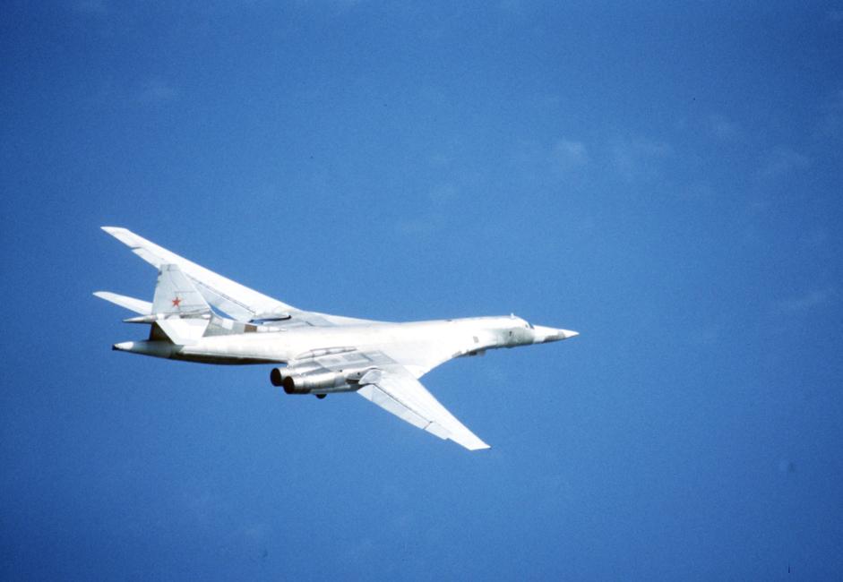 """ТУ-160. Този стратегически свръхзвуков бомбардировач и ракетоносач е най-големият самолет с променлива геометрия на крилата в историята на авиацията. Той е и най-мощният и най-тежък боен самолет в света. Има най-голямата максимална маса при излитане и боен товар измежду всички бомбардировачи. // Първият модернизиран стратегически бомбардировач ТУ-160, кръстен на главния конструктор Валентин Близнюк, на летище """"Енгелс""""."""