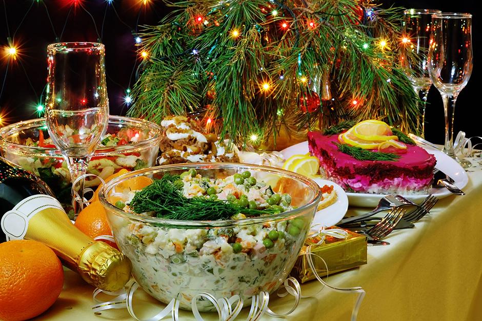 """Многи грађани Русије припремају празничну трпезу, праве уобичајену новогодишњу салату """"оливије"""", износе шампањац који је остао од првог празника."""