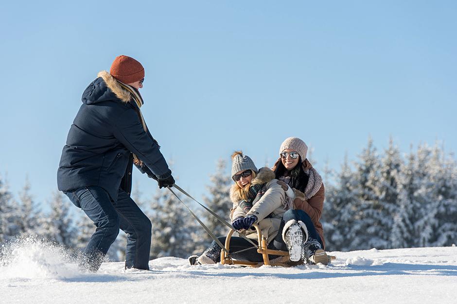 4. januar. Dača je dobra tudi zato, ker se od tu lahko v gozd podamo na smučeh in se na bližnjem griču sankamo ali deskamo na snegu, lahko pa se tudi drsamo po zamrznjenem jezeru. Če pa vam šport ne leži preveč, se lahko samo sprehodite in uživate v objemu čudovite zimske narave.