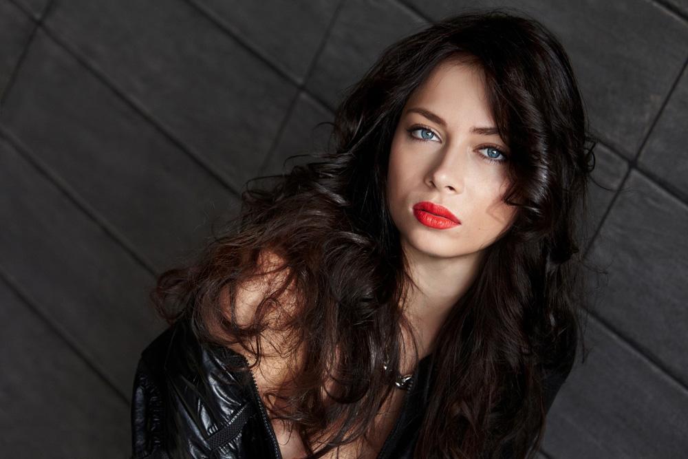Nastasja Samburskaja je filmska i kazališna glumica, pjevačica i voditeljica na televiziji.