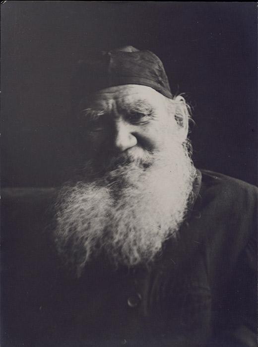 Von all den literaritschen Werken, die Leo Tolstoi verfasste, sind 174 erhalten, darunter unvollendete Essays und Entwürfe. Man könnte annehmen, dass er rund um die Uhr zu schreiben hatte, so eine Menge an Arbeit zu schaffen. Tolstois Leben war jedoch sehr vielfältig. // Foto aus der Serie von Wladimir Tschertkow, Jasnaja Poljana