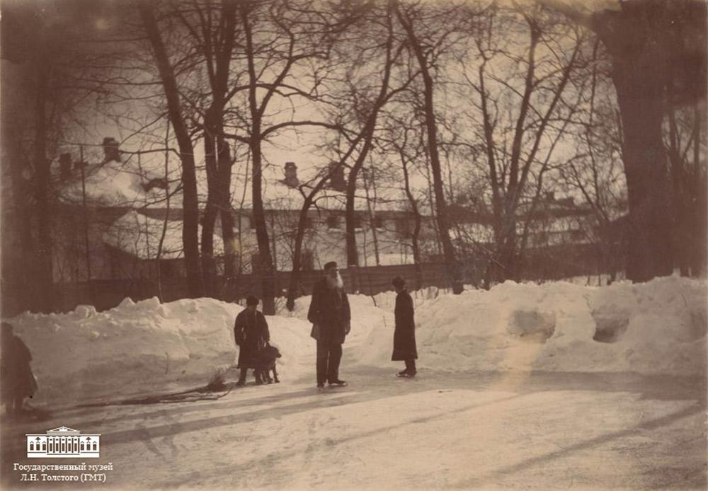 """Die Ausstellung """"Ein anderer Tolstoi"""" läuft noch bis zum 31. Dezember 2015 im Staatlichen Leo Tolsoi-Museum in Moskau, Adresse: Prechistenka, 11/8 // Tolstoi beim Eislaufen im Garten, März 1898. Foto von Sofia Tolstoi"""