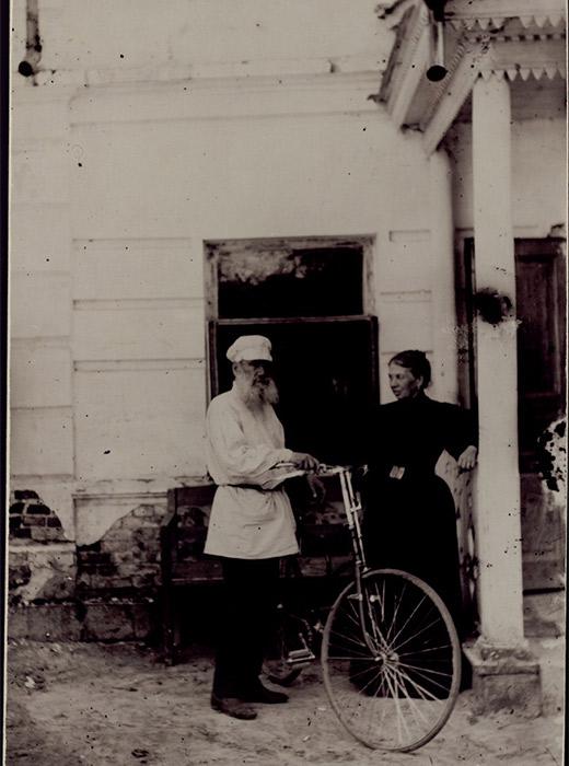 Tolstoi beim Eislaufen, Fahrradfahren, Tennisspielen, Spazieren mit seiner Enkelin, Reiten auf seinem Landgut Jasnaja Poljana oder beim enstpannten Frühstücken auf der Terrasse: 12000 Fotos von Leo Tolstoi und seinen Begleitern sind im Staatlichen Leo Tolstoi-Museum in Moskau ausgestellt. // Leo und Sofia Tolstoi mit einem Fahrrad, 1895, Jasnaja Poljana, Foto von Sofia Tolstoi