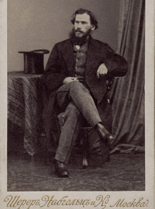 Die Sammlung deckt den Großteil seines Lebens ab. Als er jung war, entwickelte sich die Fotokunst. Die ältesten Fotoporträts von Tolstoi, die noch erhalten sind, sind Daguerreotypien. // Tolstoi, 1861, Brüssel, Foto von E. Geruzez