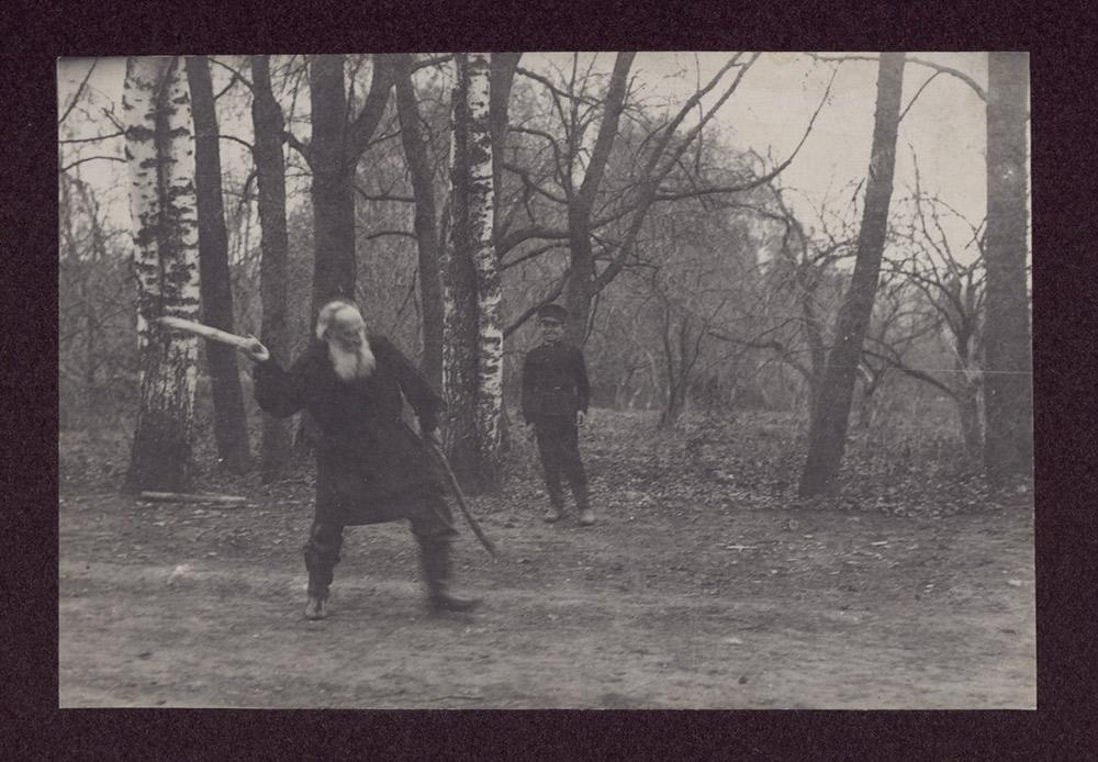 In seinen letzten Jahren wollte Tolstoi nicht gern fotografiert werden und mochte die Presse nicht. Er hielt die Fotografie für ein bisschen Vergnügen für den Adel. Reporter zeigten eine große Ausdauer. // Tolstoi spielt Kegeln mit Wladimir Tschertkow, Sohn seines Freundes Wladimir Tschertkow, in einem örtlichen Park, Mai 1909. Foto von T. Tapsel