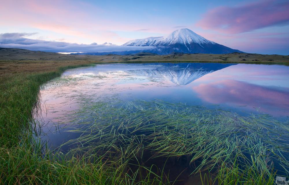 日の出時のトルバチク火山、カムチャツカ。