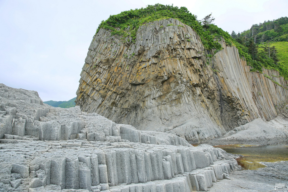 千島列島(クリル列島)のストルブチャトゥイ岬。自然によって形成された柱の集合体は、まるで円形劇場であるかのようだ。
