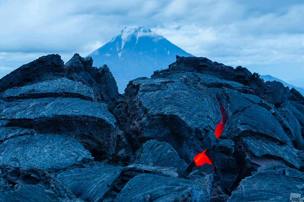 トルバチク火山の最近の噴火。この噴火は1年前に終わったが、溶岩はまだ目にすることができる。カムチャツカ。