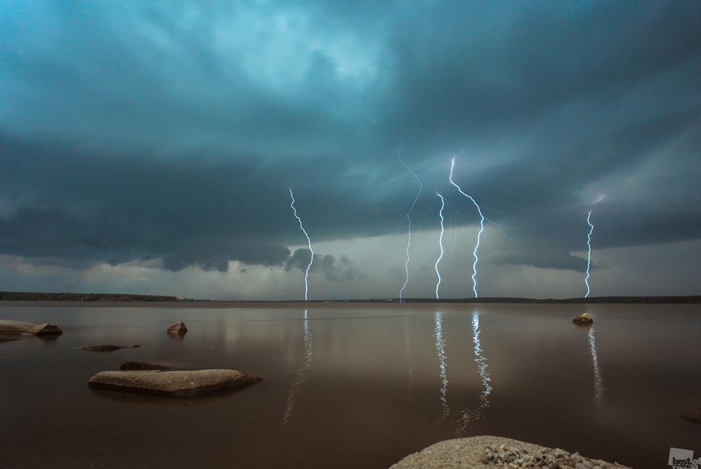 落雷。エカテリンブルクの池の上空に光る稲妻。