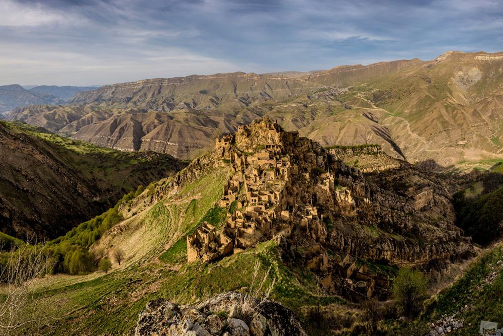 A aldeia fantasma de Gamsutl é um antigo vilarejo abandonado do povo avar localizado no Daguestão, no Cáucaso do Norte. Essa aldeia esculpida em rocha sobre uma montanha de 4.600 metros é pouco visível nos dias de hoje