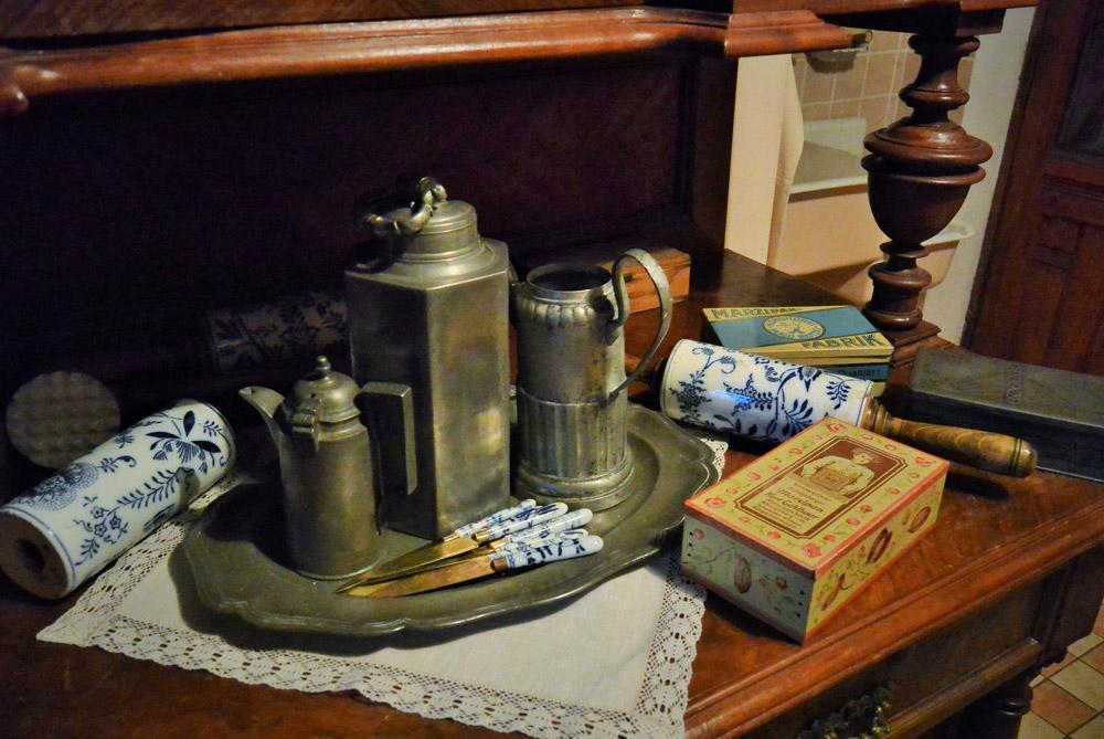 In der Küche steht ein großes Büfett mit Porzellanteller und anderem Küchenzubehör. Es gibt auch kleine bunte Gewürzdöschen, Gabel und Löffel aus dem alten Königsberg. Natalja erzählt, dass einige Familien sie immer noch benutzen.