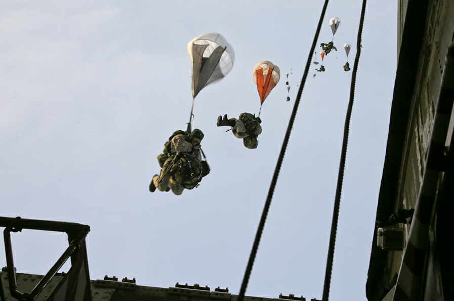 The landing was performed using the special parachute system 'Arbalet'.