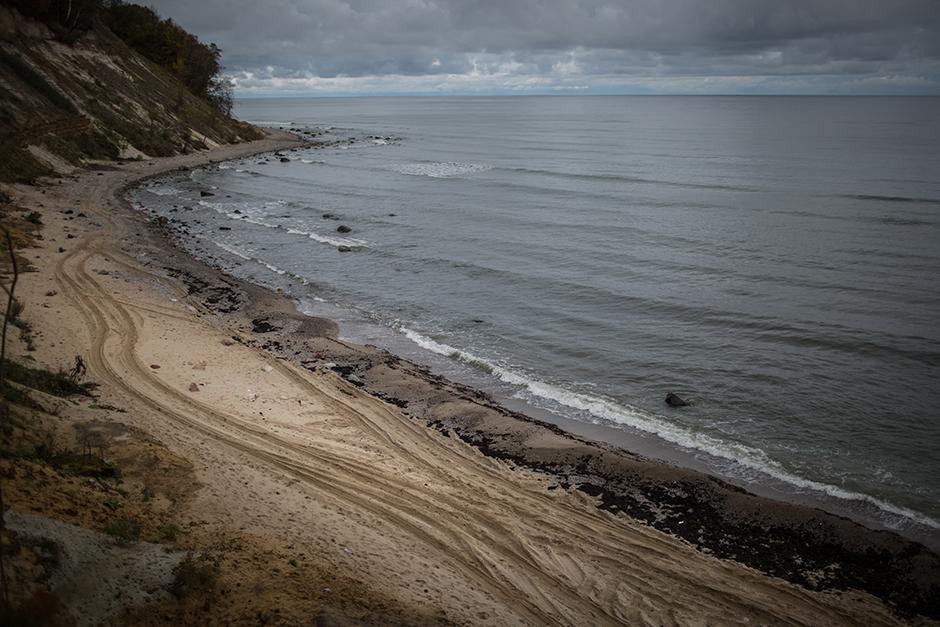 """1/15. Рудник """"Приморска"""" налази се у граду Јантарни у Калињинградској Области, удаљеном 1279 километара од Москве. Из овог рудника, јединог који у Русији има званичну дозволу за вађење ћилибара, предузеће """"Калињинградски комбинат за ћилибар"""" годишње добија и до 400 тона сировине. Данашњи Калињинград, некадашњи Кенигсберг, ушао је у састав СССР-а 1945. после пораза нацистичке Немачке. Немци су били пионири индустријске експлоатације налазишта ћилибара у области која се некада звала источна Пруска."""