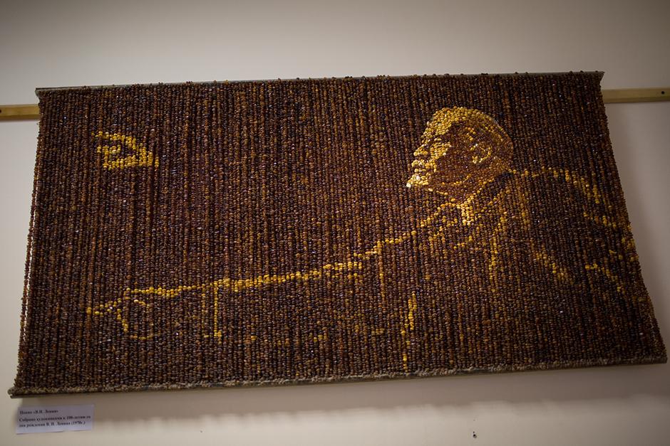 "13/15. Панел од ћилибарских фрагмената на коме је приказан Лењинов лик налази се у музеју предузећа ""Калињинградски комбинат за ћилибар""."