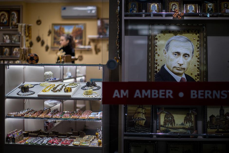 14/15. Портрет председника Русије Владимира Путина начињен од ћилибара изложен у једној продавници.