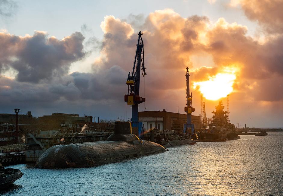 """Предприятието """"Севмаш"""" е корабостроителница в Архангелски регион, град Северодвинск. Това е най-големият корабостроителен комплекс  в Русия. Основната му задача е да произвежда подводници за руския флот."""