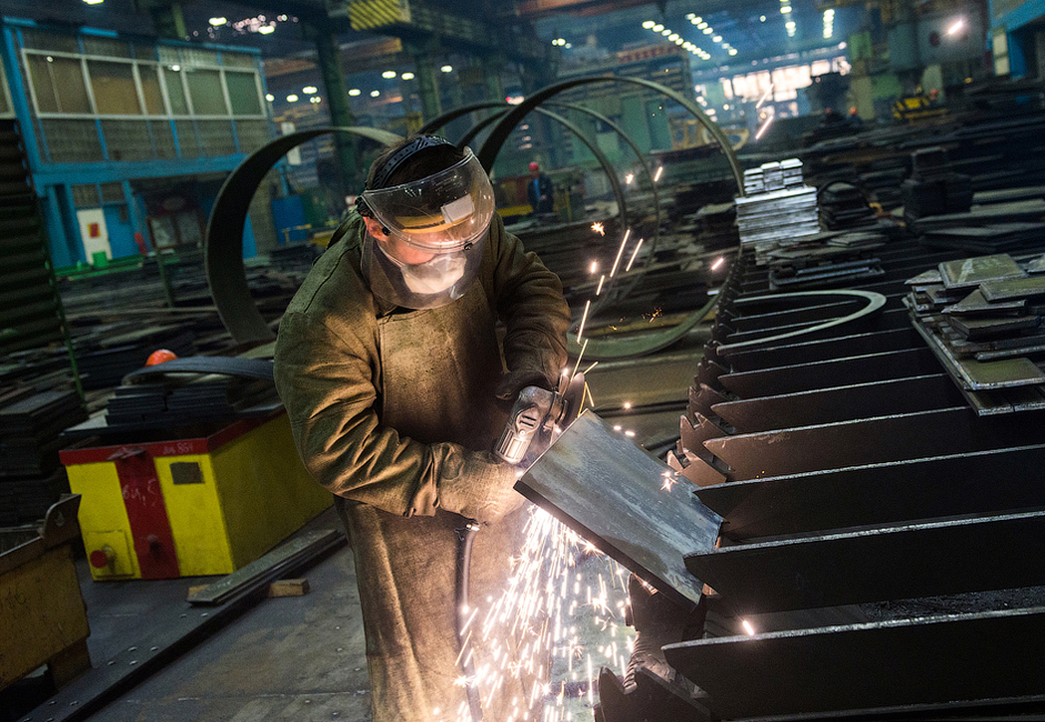 同造船所は300ヘクタール(741エーカー)の敷地を占めており、100以上の部門により構成されている。25,000人の従業員が同社で勤務している。