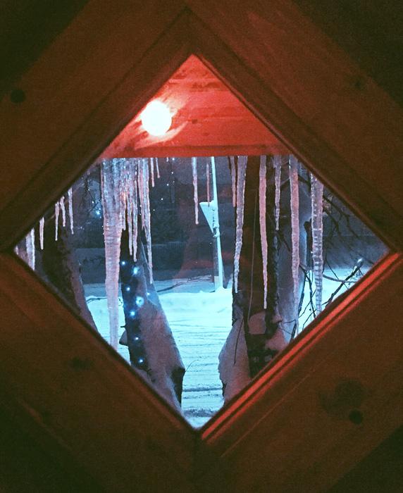 Ulice prekrivene snijegom ukrašene su okićenim drvećem, a klasična arhitektura iz 17. i 18. stoljeća pojavljuju se niotkuda.