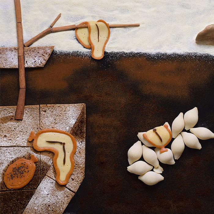 ロシア人の食品スタイリストで写真家のタチアナ・シュコディナ氏は、待望の美術プロジェクトを完成した。世界的に著名な絵画を、食品やその他の品物を使って再現するというものだ。以下は、自作についての彼女自身のコメントだ。サルバドール・ダリ、『記憶の固執』、1931年。「奥行きをつけることなく奥行き感を残したかったので、これは最も難しい作品の一つだった。微粒子と傾斜面を用いることで、何とかそれを表現することができた」