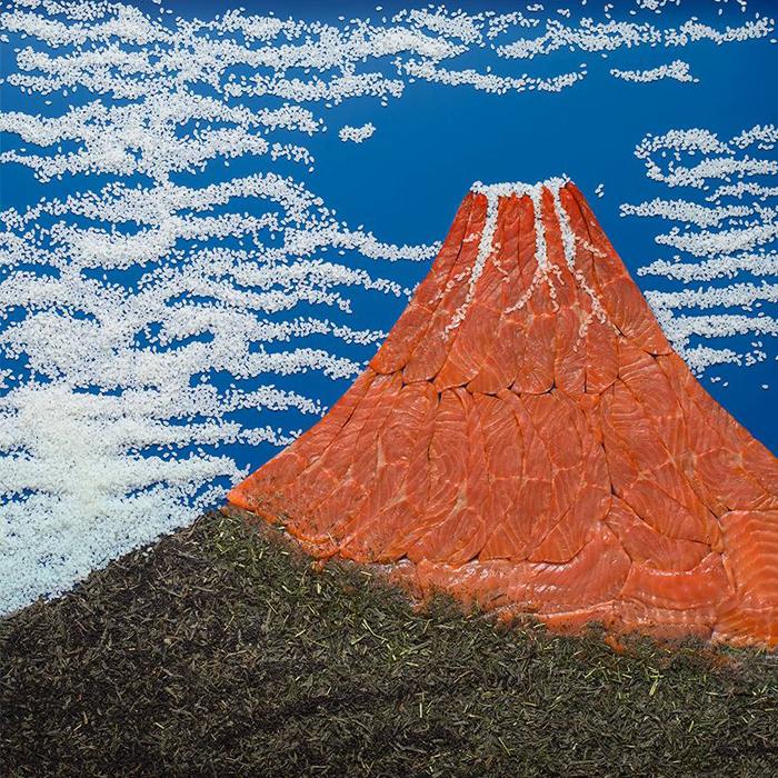 """Katsushika Hokusai, """"Crveni Fuji"""", 1831. """"Budući da se radi o japanskoj umjetnici, za sliku sam koristila rižu, losos i zeleni čaj."""""""