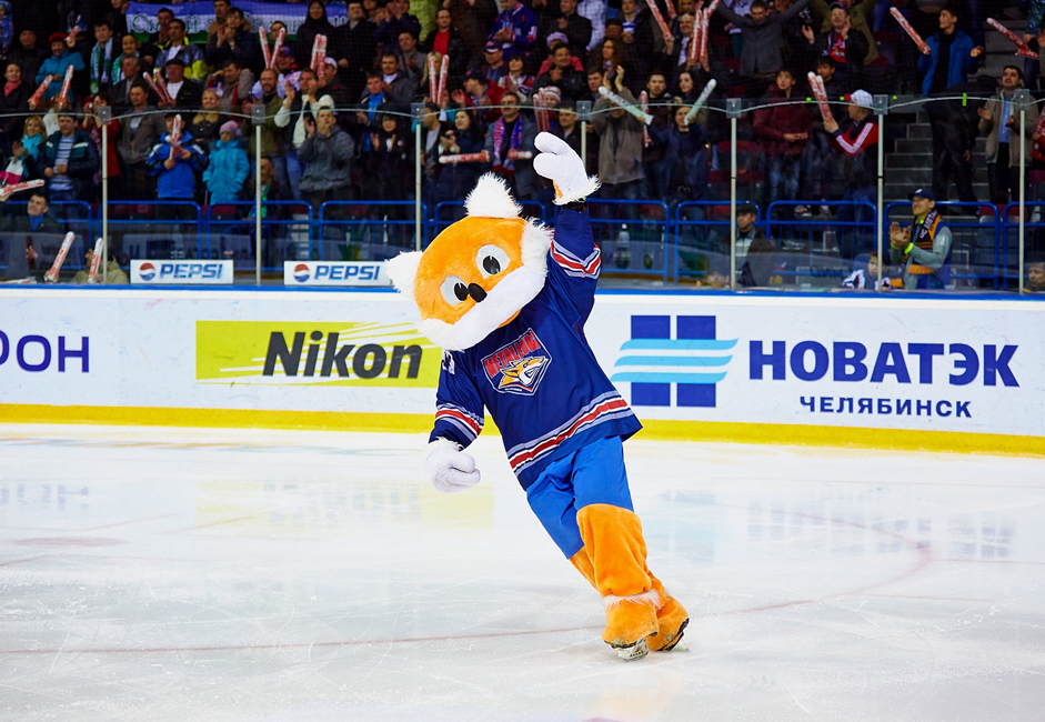 ロシアでは、特に地方の工業都市で、アイスホッケーが大人気である。ウラル地方の別の産業中心地マグニトゴルスク市でも、住民が地元チーム「メタルルク」に熱狂している。キツネのマスコットのチモシャも、試合の盛り上げに一役買っている。