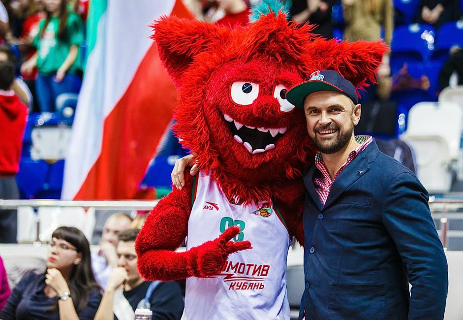 マスコットは陽気でファンを楽しませるもの。だが時に騒動の原因になることもある。2012年に行われた、クラスノダール市のバスケットボール・クラブ「ロコモティフ・クバン」と、モスクワ州のクラブ「ヒムキ」の試合で、騒動は起こった。ロコモティフ・クバンのキャラクター・マスコット「ズバスチク」が、休憩時間に相手チームのハリネズミのぬいぐるみを持ってコートにあらわれ、それを蹴ったり、ゴールに投げ入れたりしはじめたのだ。ヒムキの幹部は立腹し、このふるまいを無礼、下劣と呼んだ。ロコモティフ・クバンの社長は、行き過ぎたマスコットのふるまいに対し、正式に謝罪しなければならなくなった。