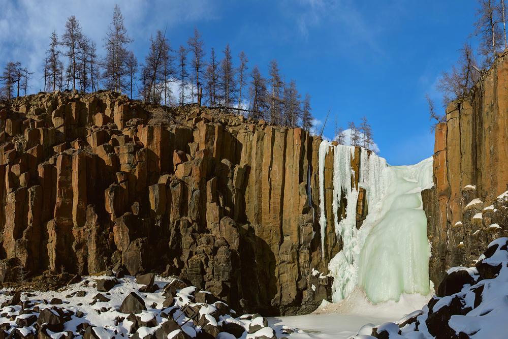 ロシアでもっとも高い滝、ため息のでるような美しい渓流、切り立った断崖がここにはある。
