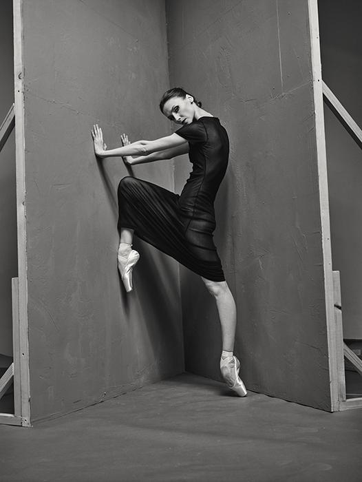 しかしこの写真家は、ダンサーを撮影する方法を全く知らなかったと自認する。彼はただ自分の直感を信じ、カメラを手に劇場内を見て回ったのだった。こうして撮影することで今回の展示会の作品が生まれた。