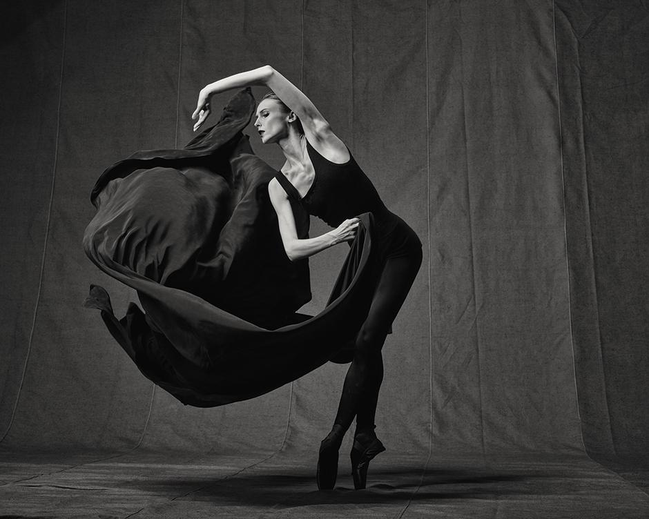 動作とダンスというテーマは、「現実と想像の世界の間」というビエンナーレのテーマに完全に調和したものだ。アニー・リーボヴィッツはかつて次のように述べた。「ダンスは空気中で生まれ、空気中に消えていくものなので、写真に収めることはほとんど不可能である」