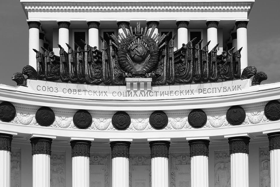 Mithilfe seiner Arbeiten gibt der zeitgenössische russische Fotograf Michail Rosanow das Gesamtbild der sowjetischen Architektur Stück für Stück wieder. Sein Auge fixiert sich vor allem auf den symmetrischen Kompositionen der Musterbauten der Stalin-Architektur: dem Gebäude des Außenministeriums, dem Gebäudekomplex der Militärakademie Michail Frunse, vor allem aber dem Architekturensemble des Altrussischen Ausstellungszentrum (WDNCh).