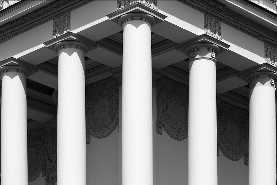 Die ideale Symmetrie der Bauten der damaligen Zeit wirkt umso erschreckender heutzutage, da bekannt ist, um den Preis von wie vielen Menschenleben diese Perfektion errungen wurde..