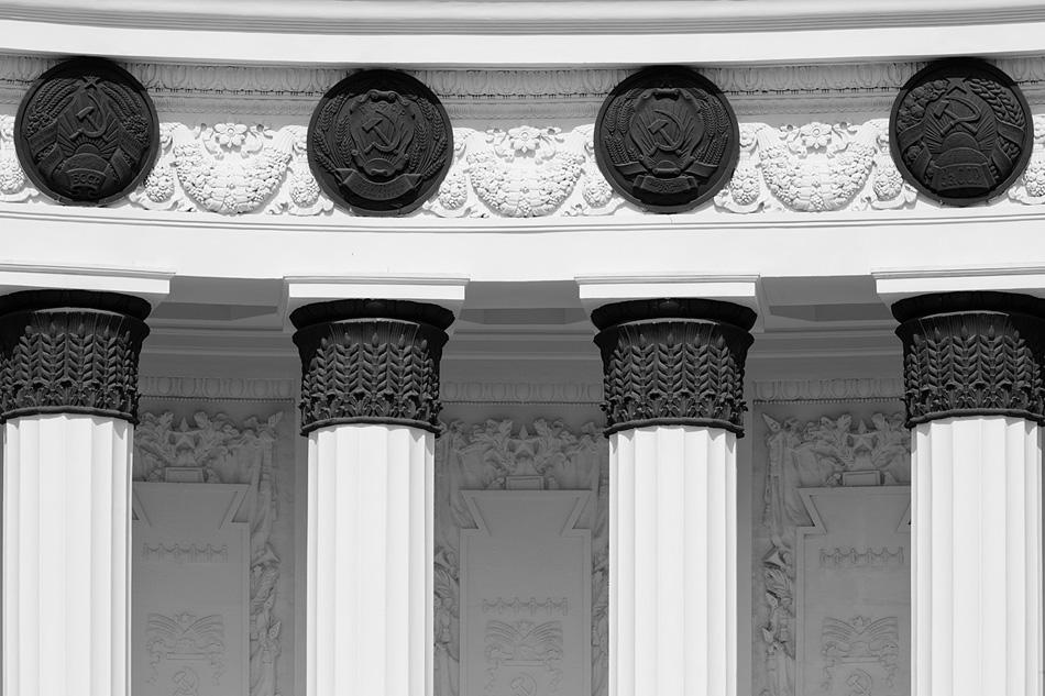 Der Neue Architekturstil fand seinen Ursprung in Napoleons Empire, dem bestimmenden Baustils Frankreichs zu Beginn des 19. Jahrhunderts. Das bonapartistische Frankreich wiederum ließ sich von der römischen Bautradition beeinflussen – so entstanden große und kleine Städte im ganzen Land.