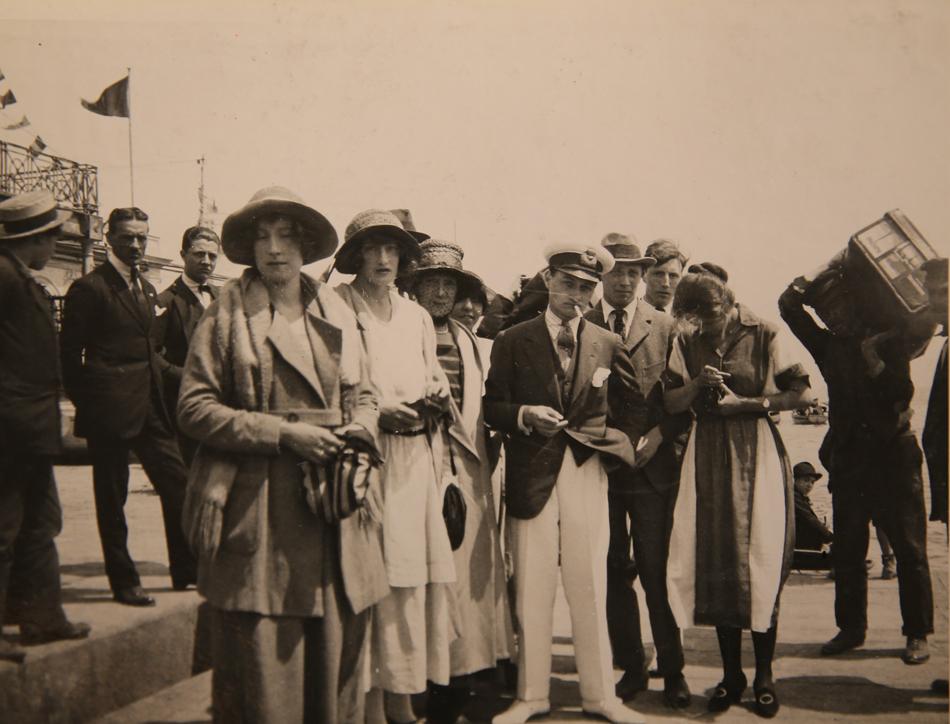 ユスポフ一家は、1919年の十月革命が勃発した直後に、黒海に停泊していた英国海軍の巡洋艦マールバラに乗って亡命した。ジョージ5世の命により、この船は彼の叔母にあたるマリア・フョードロヴナ(ニコライ2世の母、アレクサンドル3世妃)の他、ユスポフ一家を含む他の皇室のメンバーも救出した。