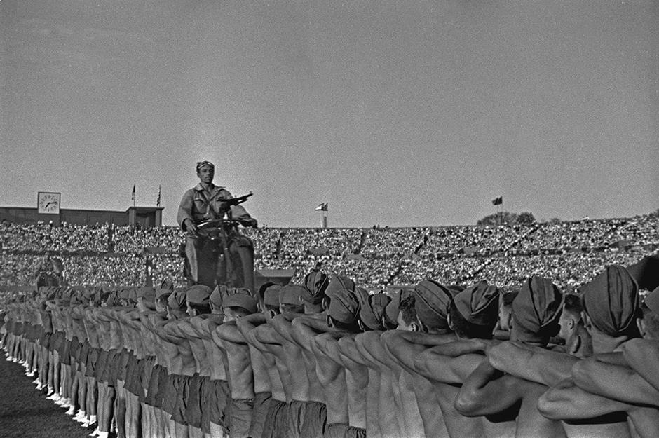 モスクワのマルチメディア美術館が展示会「ロシア 20世紀の写真 1946〜1964年」を開催している。 この展示会は第二次世界大戦が終結した時期とスターリンによる大粛正の末期、そして「雪解け」という名でも知られるフルシチョフ政権時代までの時期を対象としている。 // スポーツ祭、ディナモ・スタジアム、モスクワ、1946年
