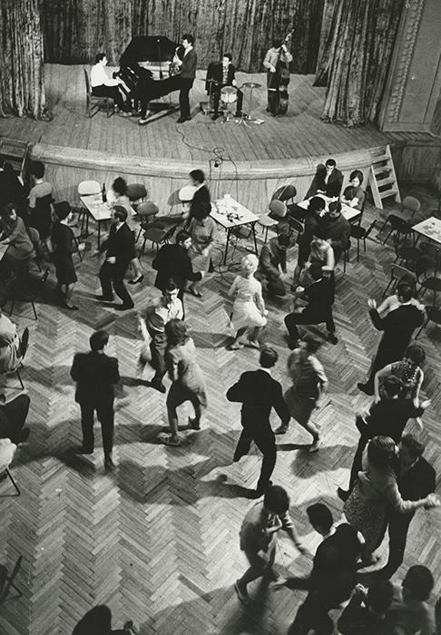 Танцова забава в мъжки работнически клуб, 1960-те години.