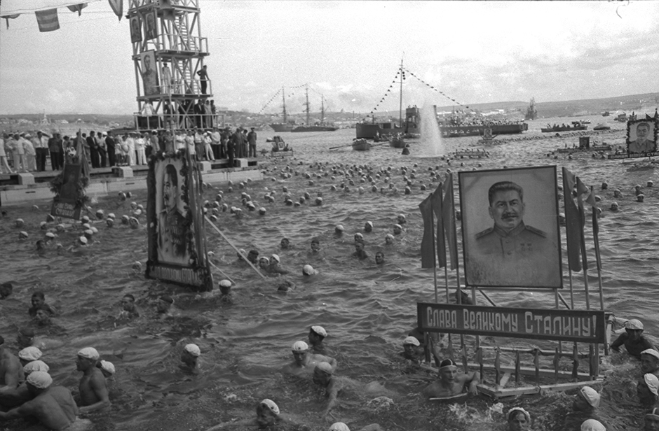 この展示会は第二次世界大戦が終結した時期とスターリンによる大粛正の末期、そして「雪解け」という名でも知られるフルシチョフ政権時代までの時期を対象としている。 // 海軍記念日の競泳、セヴァストポリ、1949年6月