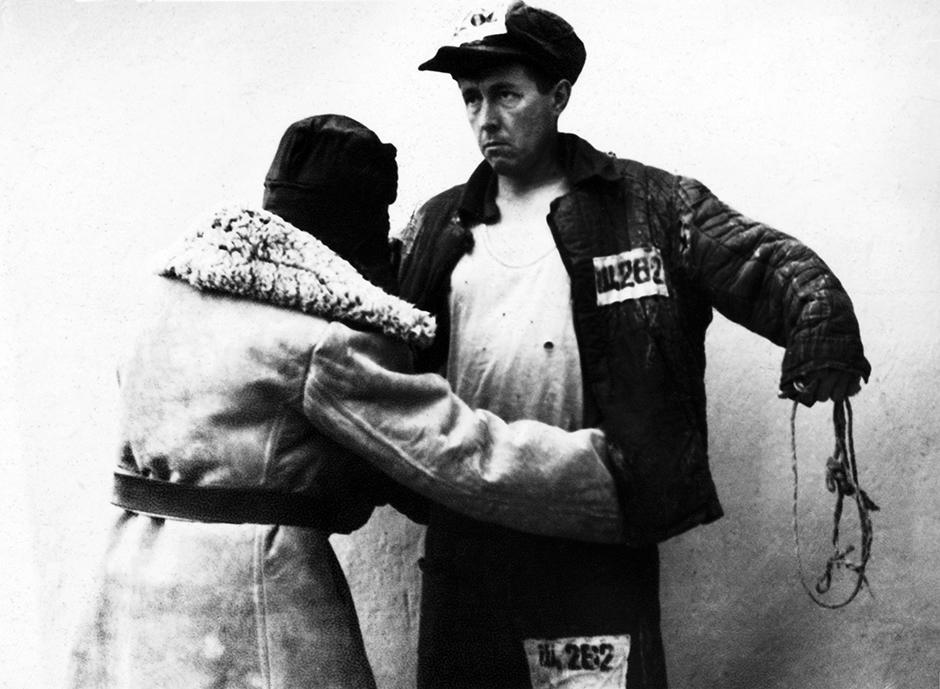 Изпратеният в изгнание Александър Солженицин във ватенка малко, след като е освободен. Кок-Терек, Казахстан, март 1953 година. През 1945 г. Солженицин е осъден на 8 години в трудов лагер, а след това – на изгнание.