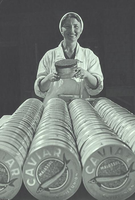 「すべては人民のために」、1961年。 当時、黒キャビアは不足することがないほど豊富にあった。 500ml入りの1瓶の価格は約16ルーブルで、およそ6kgの牛肉の価格に相当した。