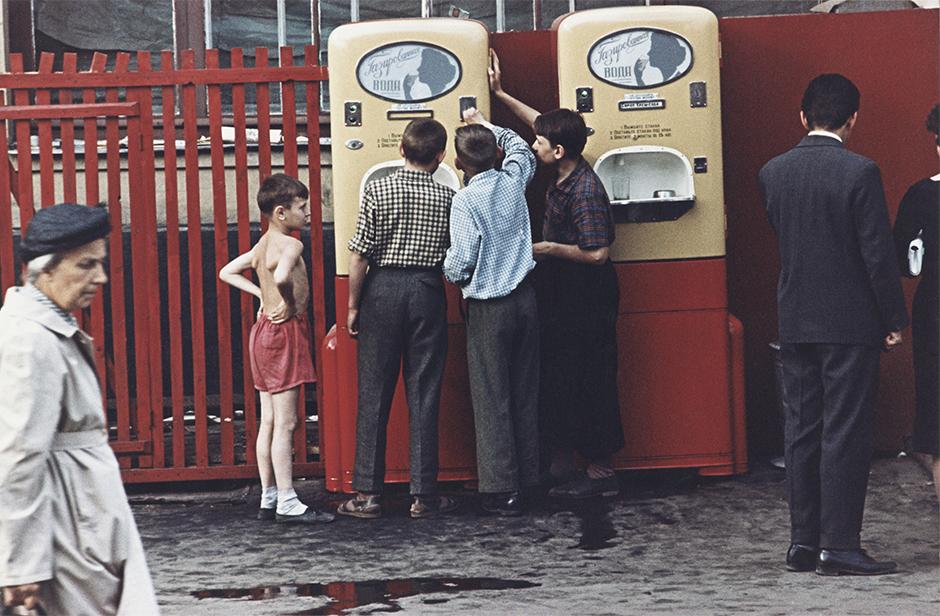 """Площад """"Арбат"""", 1958 година. Първият автомат за газирана вода се появява в СССР през 1938 година. Една чаша газирана вода струва 1 копейка (1/100 от рублата), а чаша газирана вода със сироп – 3 копейки."""