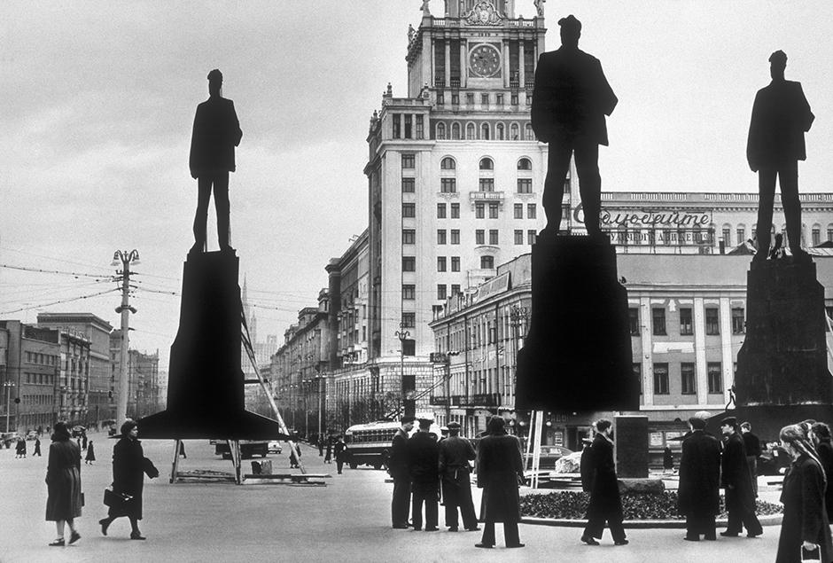 マヤコフスキーの記念像を設置するのにふさわしい場所の選定。 この記念像は1958年7月28日に公開された。 その設置場所は、詩人たちが集う人気の場所となった。